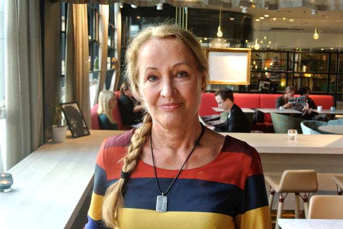 Berit Rönnåsens licentiatsavhandling visar att personer med Alströms syndrom påverkas tidigt av dövblindheten och lär sig bäst genom att använda känseln.