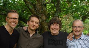 Expertgruppen står framför en grön ek.