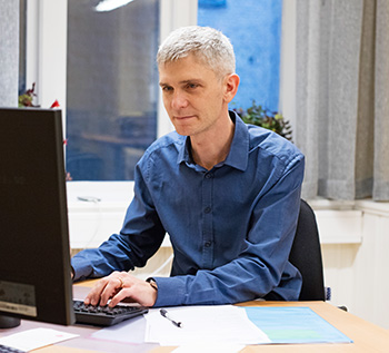 Mattias Ehn vid dator