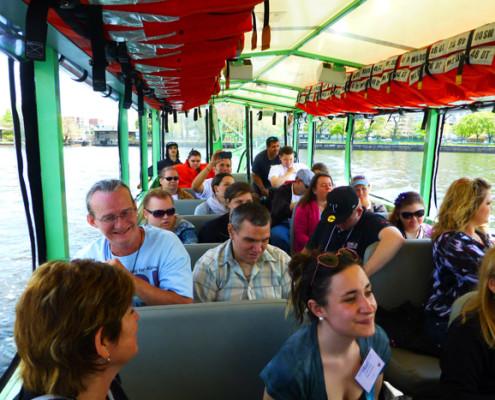 Gemenskapen inom Alström International är viktig, som här på en båtutflykt i Boston 2013.