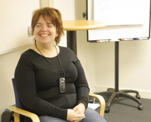 Amanda Lindberg i svart tröja sitter på en stol