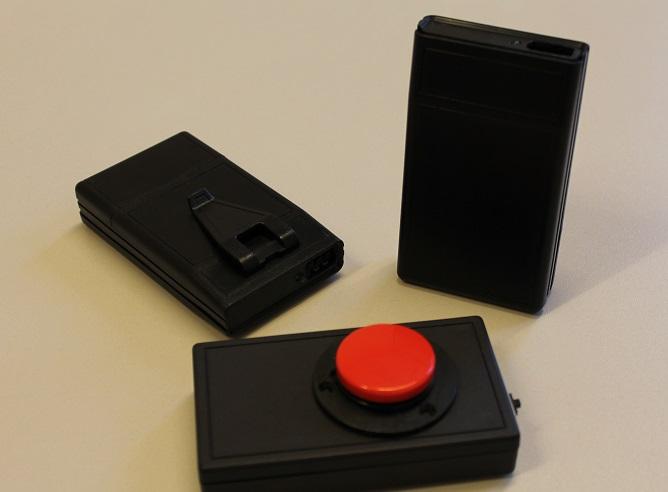 En låda En låda med en stor röd knapp på