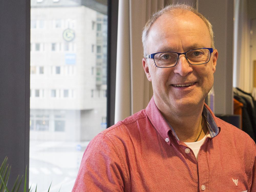 porträtt Thomas Ragnarsson i ljust röd skjorta