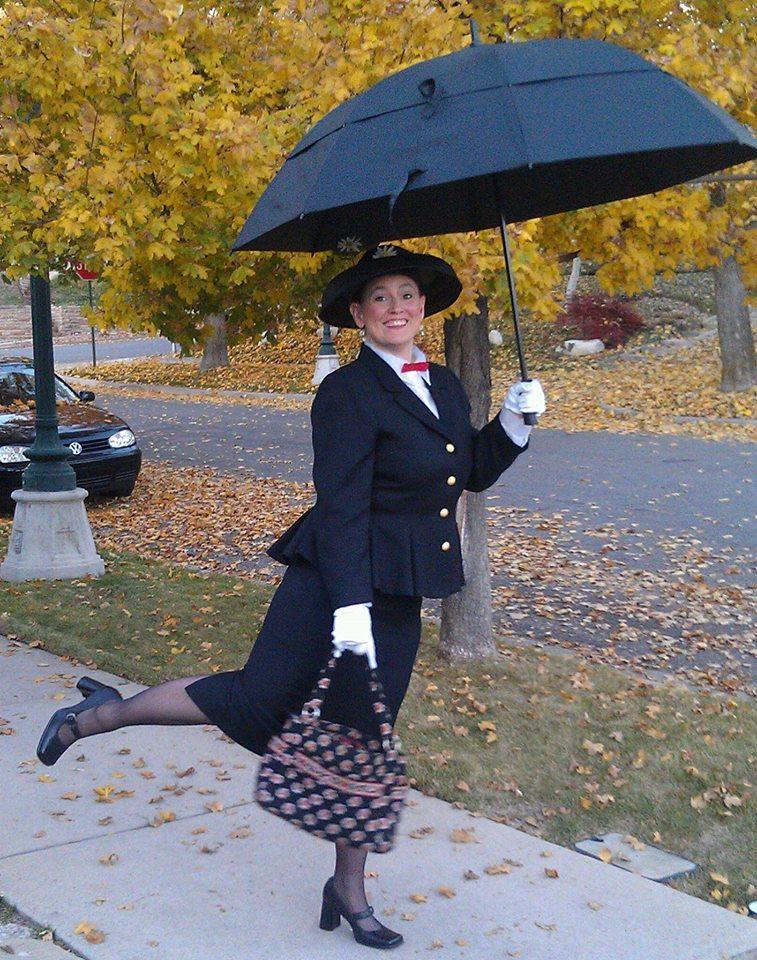 Laura har klätt sig som barnboksfigurejn Mary Poppins i svqrt dräkt och med paraplyet uppspänt.