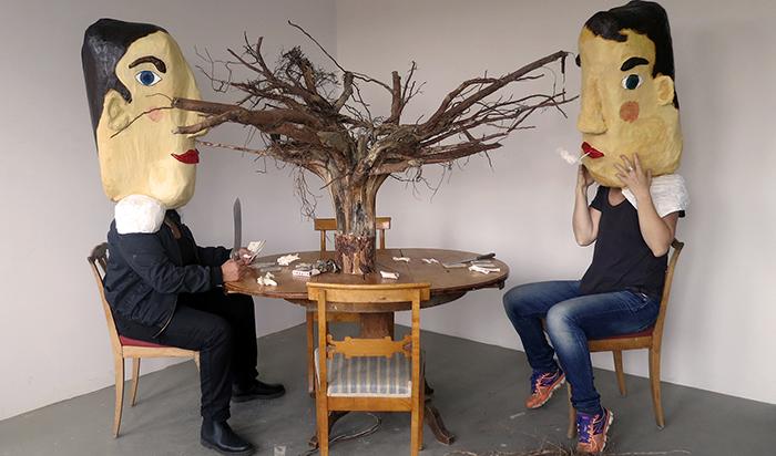 Ett träd växer upp ur bordet.
