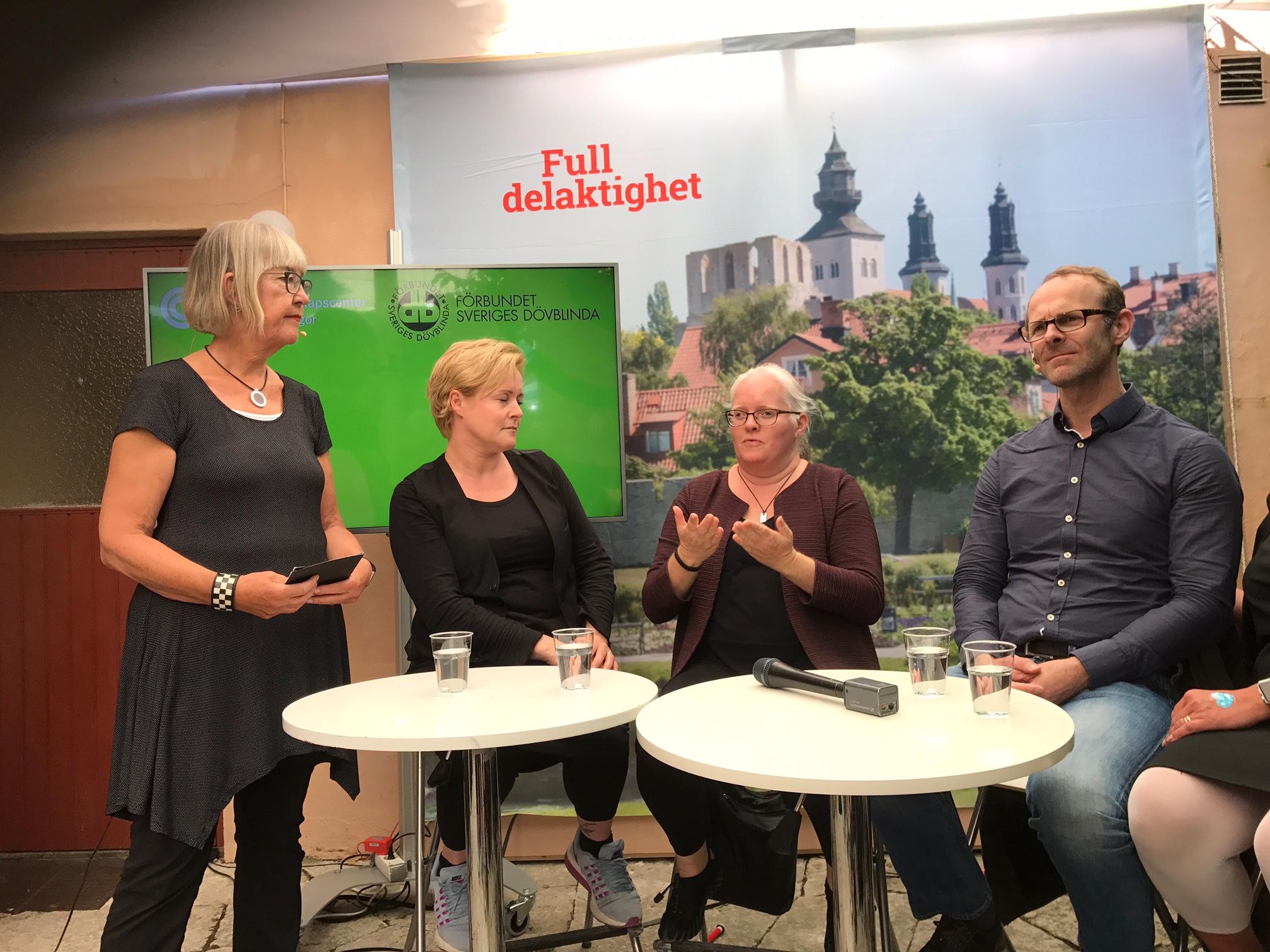 Liindas tolk MM, Linda och Klas Nelfelt sitter vid vita bord på scenen i Almedalen. Anne står upp.
