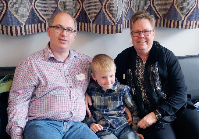 Nästan hela familjen. Pappa Lars, lillebror Simon, åtta år och mamma Eva.