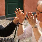 Linda Eriksson samtalar genom taktilt teckenspråk.