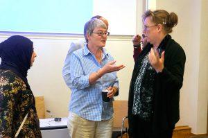 Lisbeth Tranebjærg diskuterar med föräldrar till två barn med Charge syndrom, Eva Winberg och Mimy Ismail.