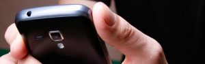 Närbild på svart smart telefon i handen på en användare