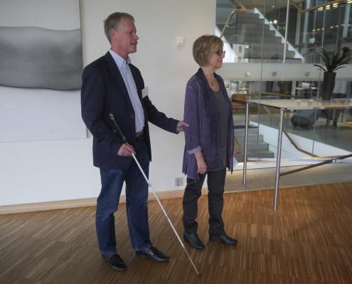 John Sundholm och Anitha Svensson demonstrerar ledsagning.