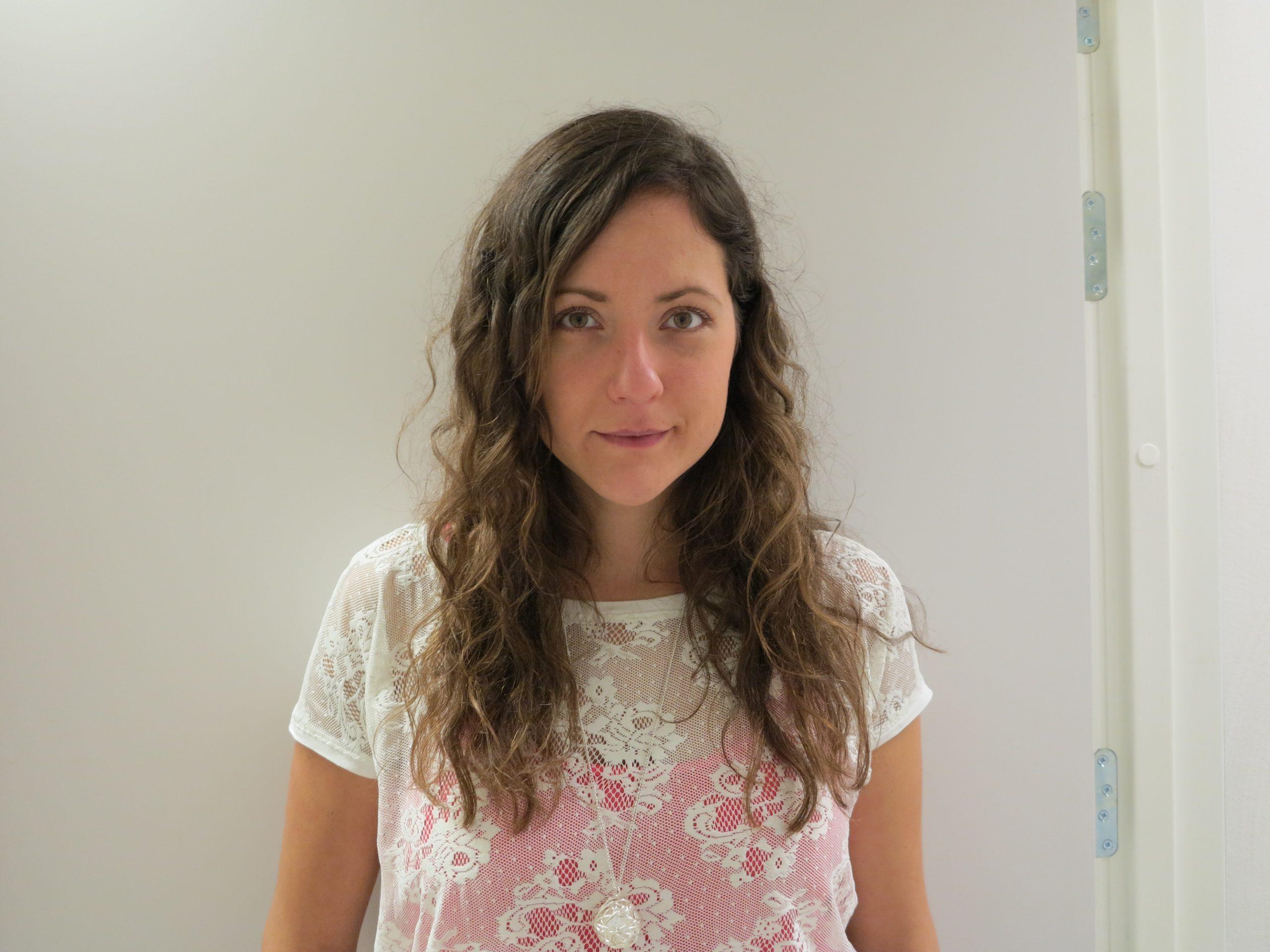 Emma Varga med långt utslaget hår och vit blus.