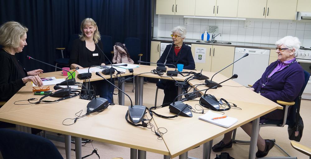 Deltagarna i samtalsgruppen sitter runt ett bord.