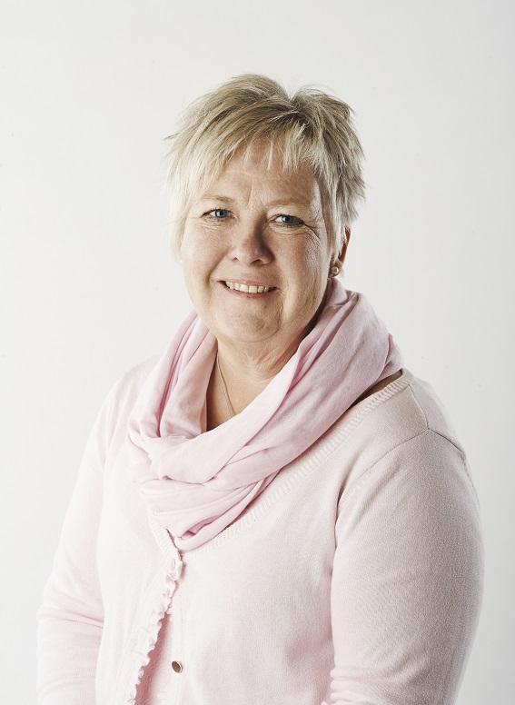 porträtt Mona Forsberg, kort ljust hår, rosa tröja