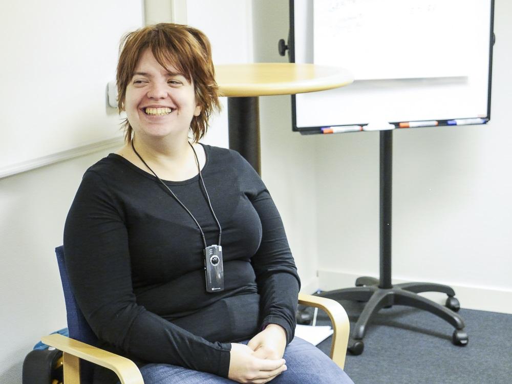 Amanda Lindberg i svart tröja sitter på en stol.