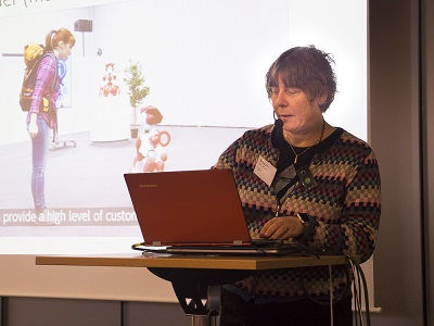 Karin Jönsson visar en powerpoint