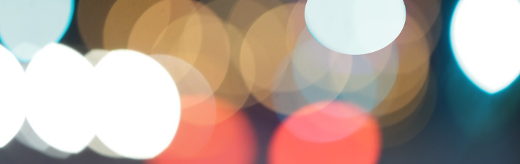 Bild med otydliga ljuskäller i olika färgar