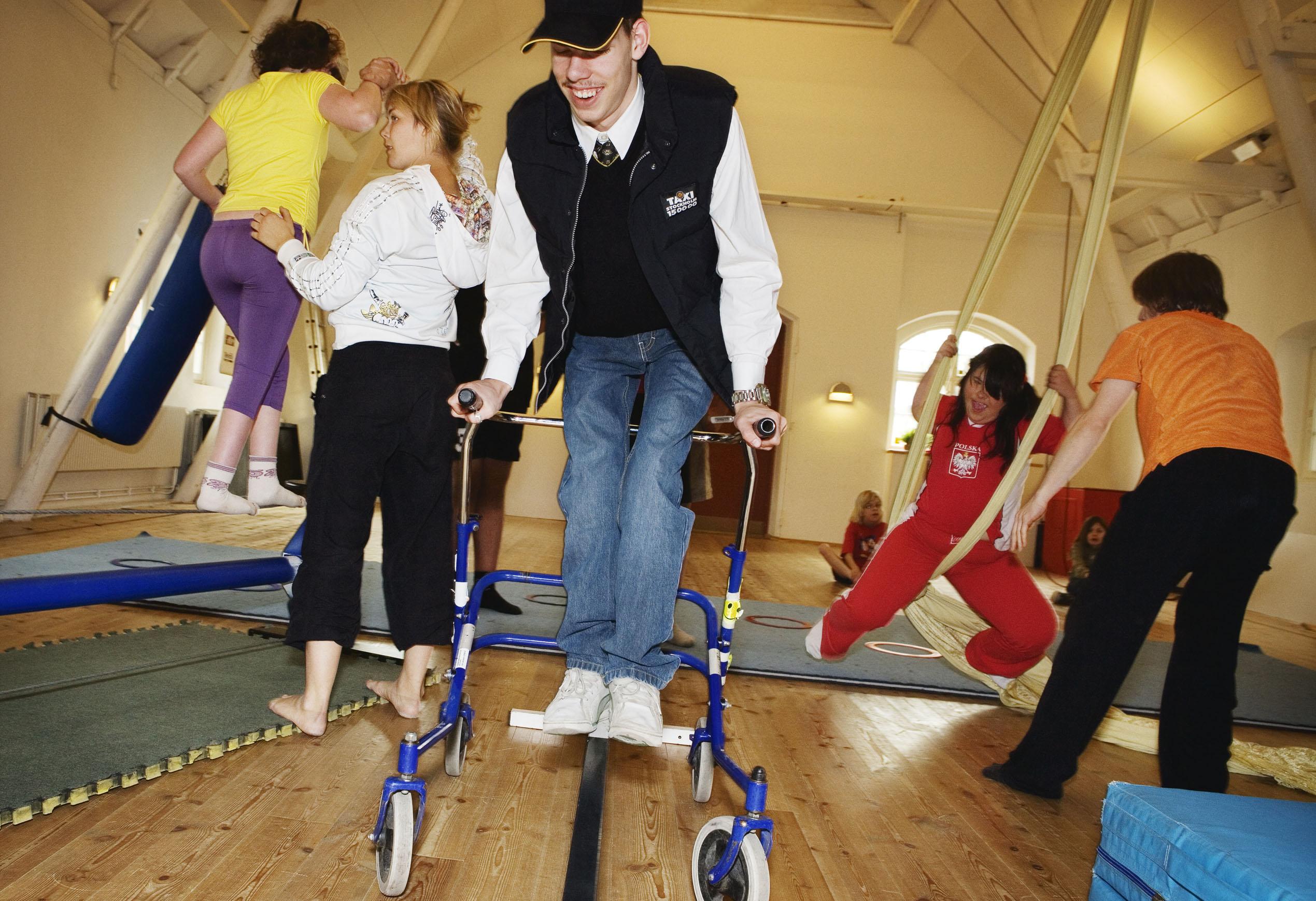Barn med olika typer av funktionsnedsättning tränar cirkus.