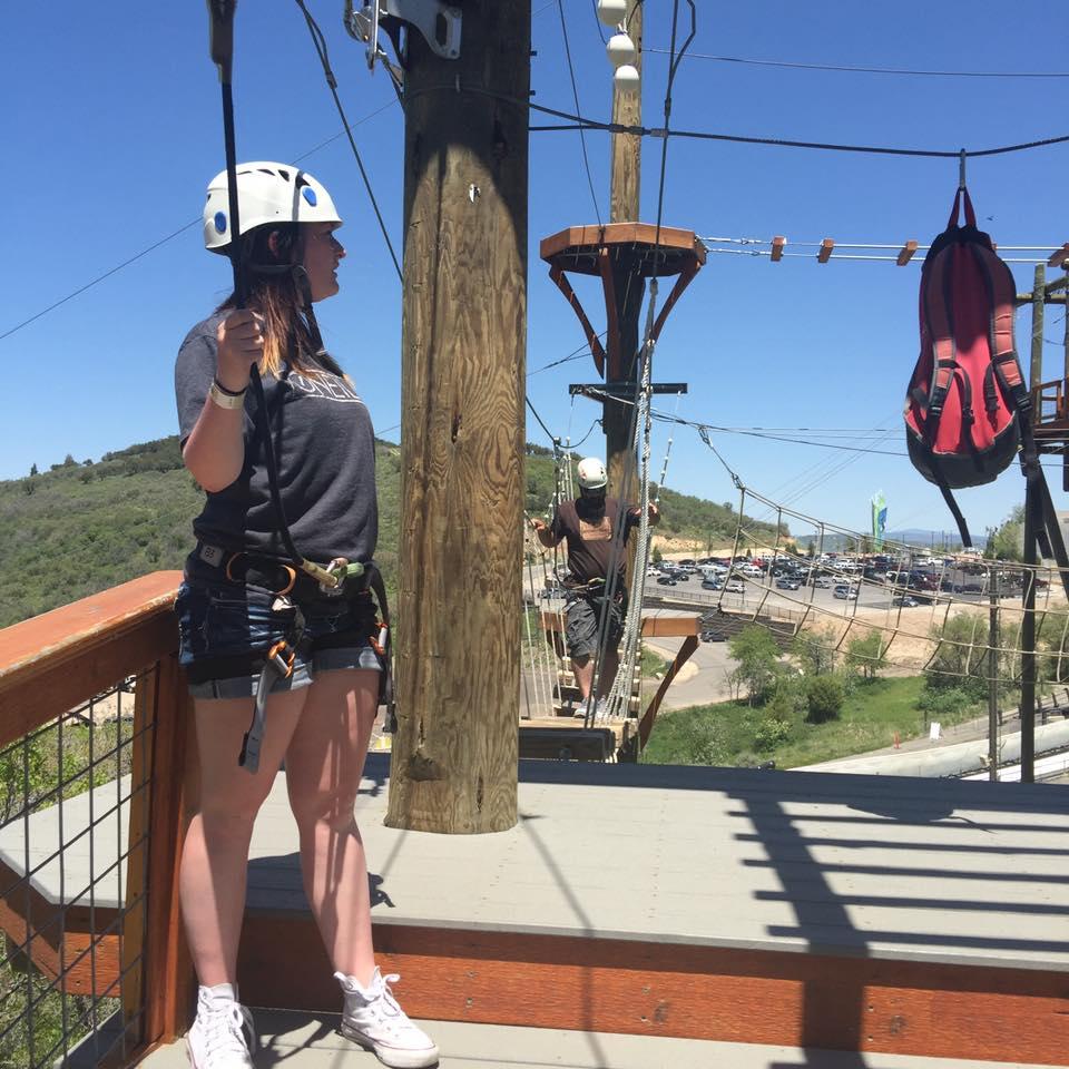 Jenni Thompson på en äventyrsbana med säkerhetssele och hjälm