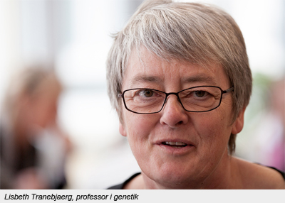 Porträtt Lisbeth med kort grått hår och glasögon