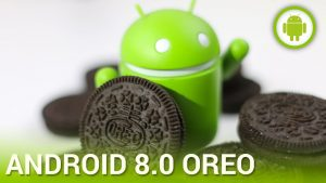 An android som står bland oreo-kex