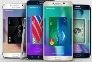 4 smarta mobiler med olika kreditkort på skärmarna.