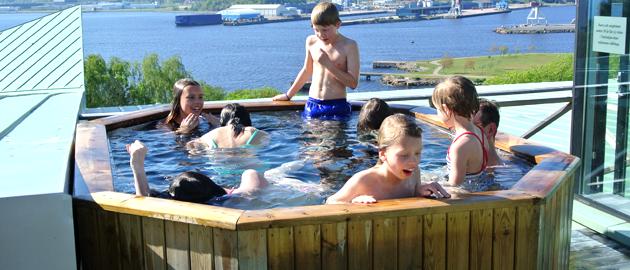 Ett antal glada barn i badtunnan.