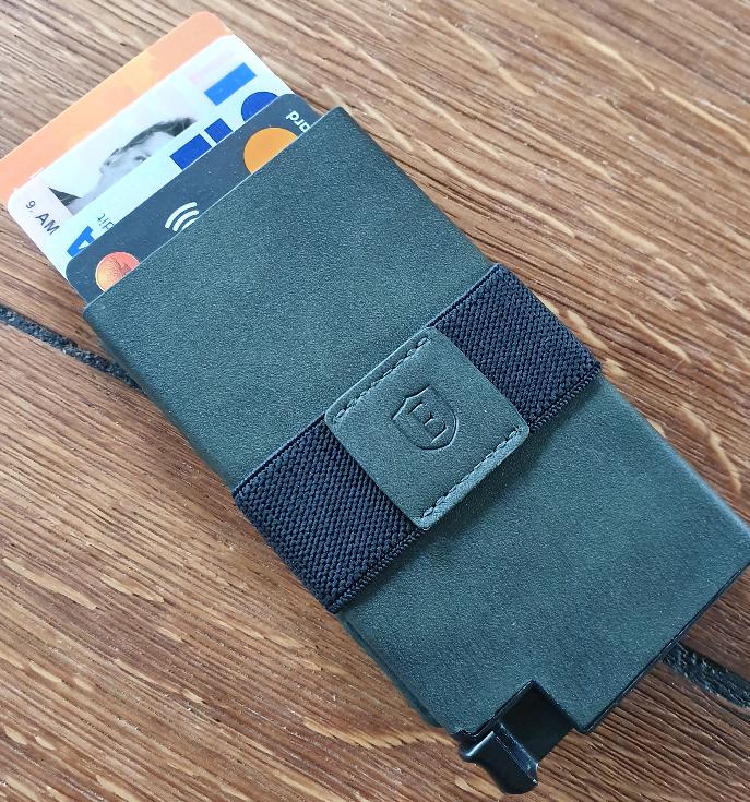 En grån plånbok som det sticker upp kort ur
