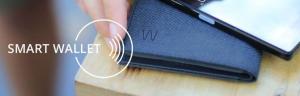 En grån plånbok med en mobil på i en hand. Texten Smart Wallet.