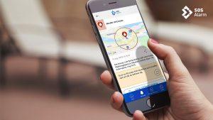 Hand som håller en mobiltelefon med 112-appen öppen