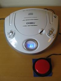 CD-spelare tillkopplat en stor röt avbrytarknapp