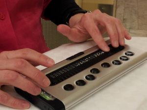 foto: händer som arbetar med en punktdisplay