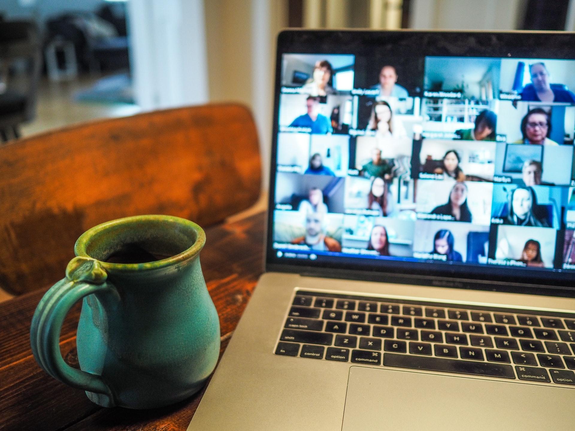 foto: keramikmugg bredvid bildskärm med onlinemöte