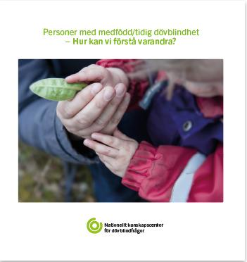 Framsidan av boken Personer med medfödd/tidig dövblindhet - Hur kan vi förstå varandra? Ett foto med en vuxenhand och 2 barnhänder som tillsammans känner på ett löv.
