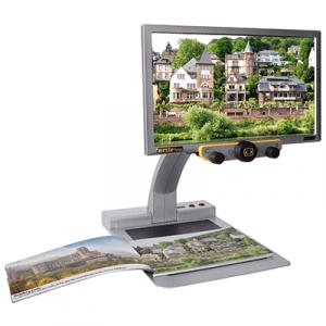 En bildskärm på ett stativ med ett foto i en bok under. På skärmen visas samma foto fast större.