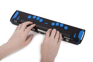 En svart punktdisplay med blåa tangenter och 40 punktceller. 2 händer rör vid läsraden som att de läser.