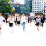 Människor i rörelse i stadsmiljö, foto.