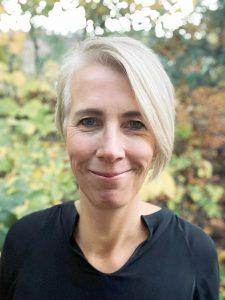 porträttfoto taget utomhus på audionom Jenny Widmark