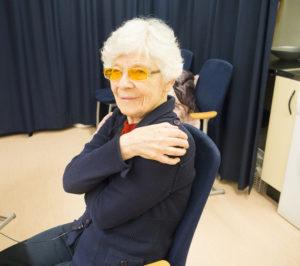 Ingrid Brander ger sig själv en kram.